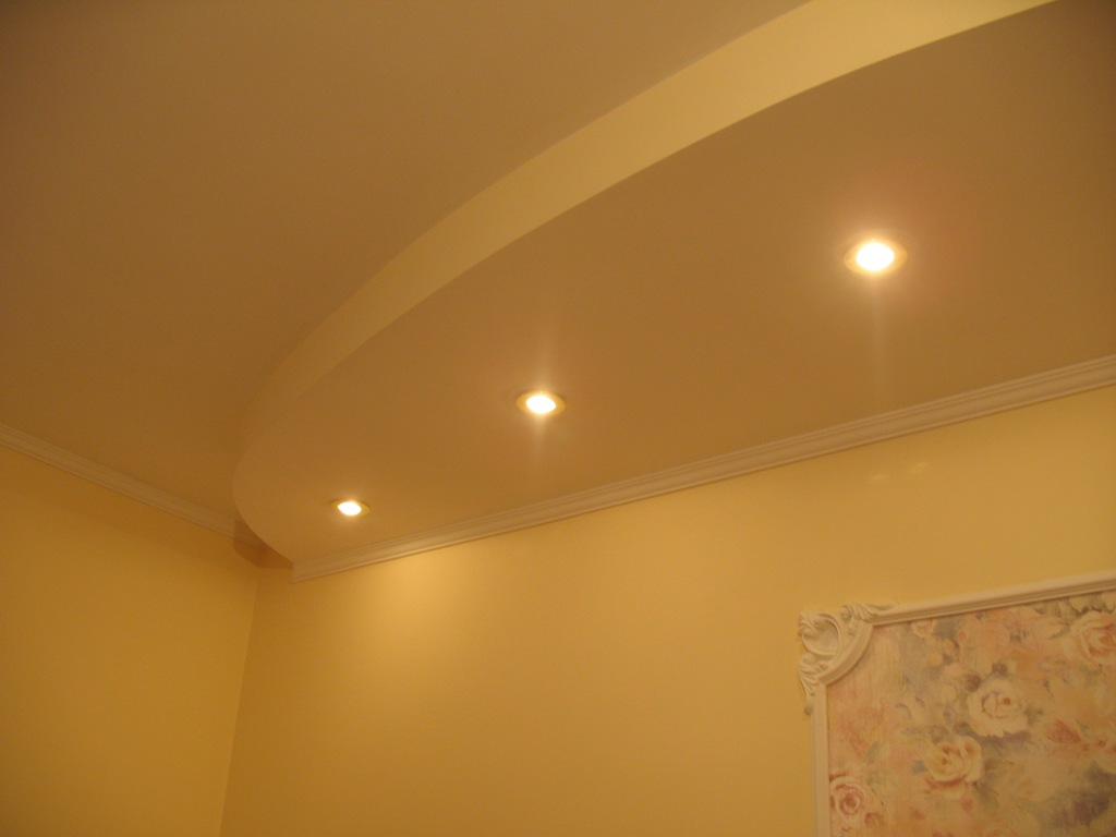 Потолок со встроенными светильниками фото